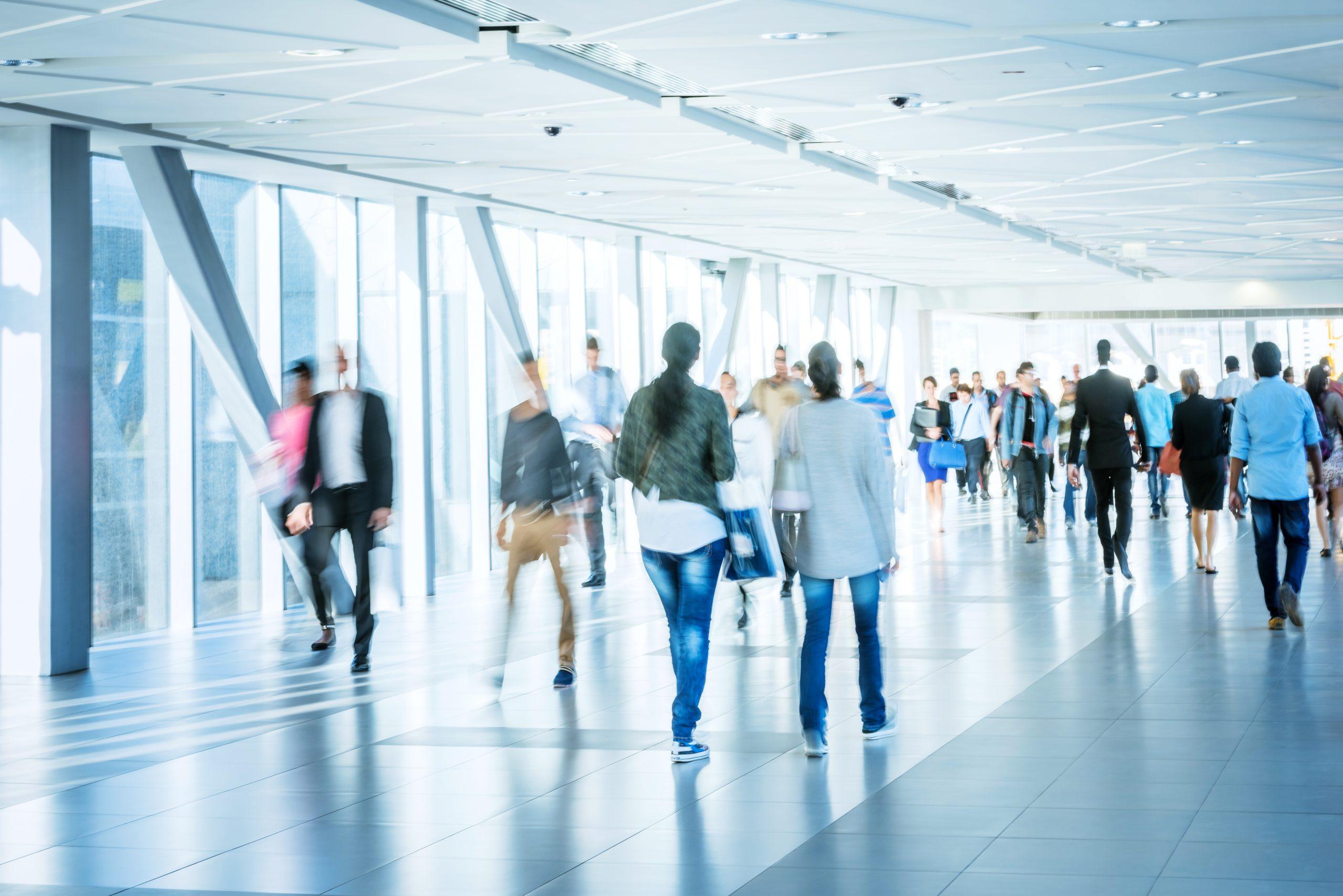 Personas andando en un aeropuerto